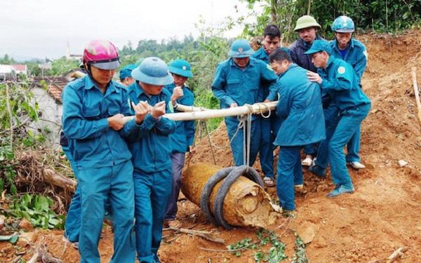 Nghệ An: Phát hiện quả bom 340kg còn nguyên kíp nổ khi đào móng nhà - Ảnh 1