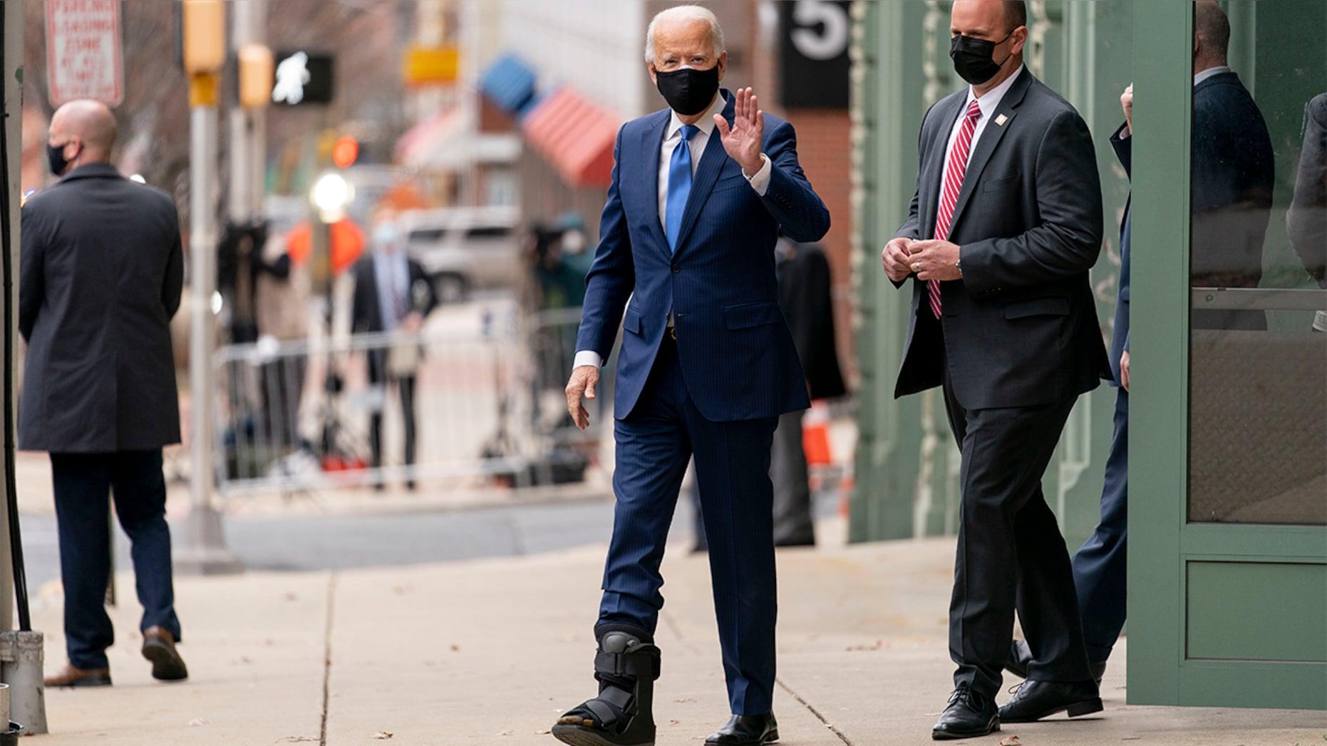 Ông Joe Biden lần đầu xuất hiện với giày tập đi sau chấn thương  - Ảnh 1