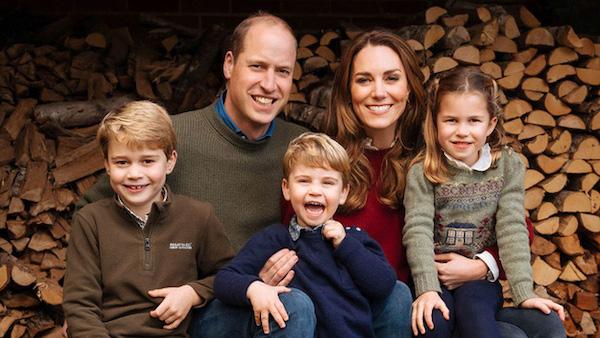 """Ảnh Giáng sinh của các gia đình hoàng gia thế giới: Hoàng tử Bỉ """"lột xác"""" hoàn hảo, chiếm """"spotlight"""" của gia đình Công nương Anh - Ảnh 3"""