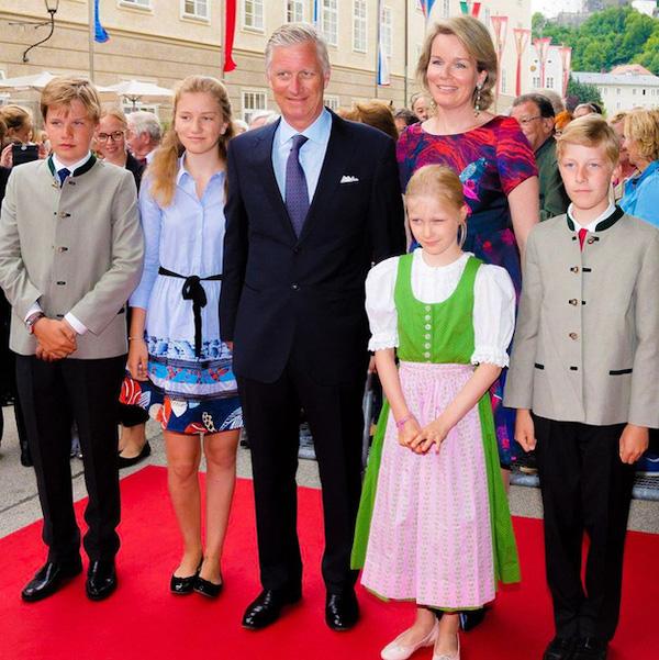 """Ảnh Giáng sinh của các gia đình hoàng gia thế giới: Hoàng tử Bỉ """"lột xác"""" hoàn hảo, chiếm """"spotlight"""" của gia đình Công nương Anh - Ảnh 2"""