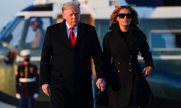 """Đệ nhất phu nhân Melania Trump bị nghi dùng """"thế thân"""" vì bức ảnh nắm tay chồng - Ảnh 1"""