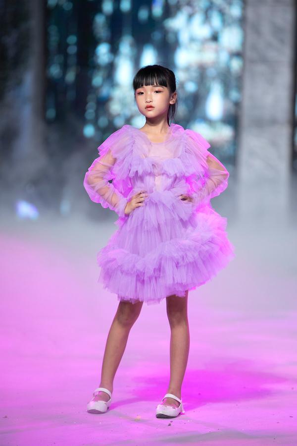 """Mẫu nhí Trịnh Khánh Ngọc """"gây sốt"""" với tài catwalk cực """"đỉnh"""" trong show diễn thời trang của Xuân Lan - Ảnh 2"""
