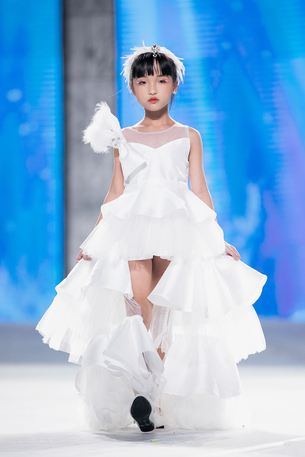 """Mẫu nhí Trịnh Khánh Ngọc """"gây sốt"""" với tài catwalk cực """"đỉnh"""" trong show diễn thời trang của Xuân Lan - Ảnh 3"""