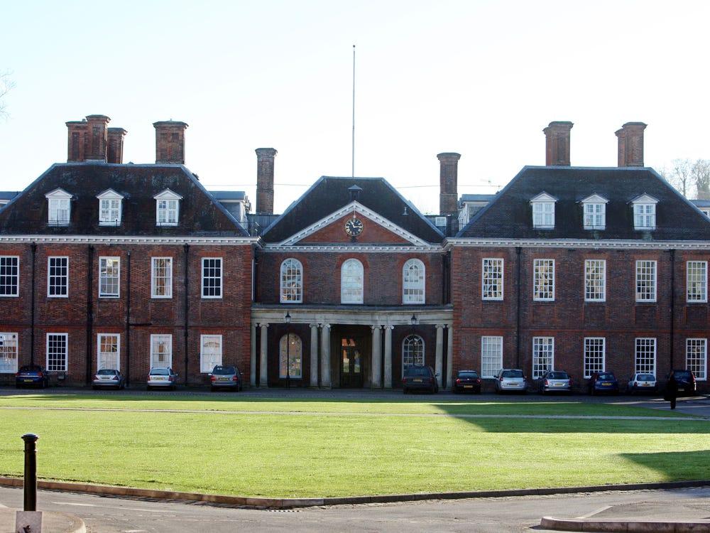 Học phí tại trường của các thành viên Hoàng gia Anh đắt đỏ cỡ nào? - Ảnh 3