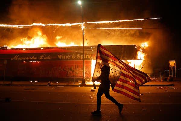"""Nước Mỹ năm 2020 qua ảnh: Sự đan xen giữa những """"hỗn loạn"""" và chiến công - Ảnh 7"""