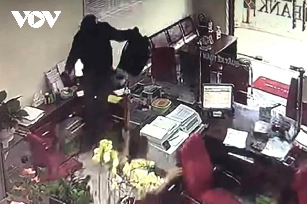 Đồng Nai: Đối tượng mang lựu đạn giả cướp ngân hàng Agribank bị khởi tố - Ảnh 2
