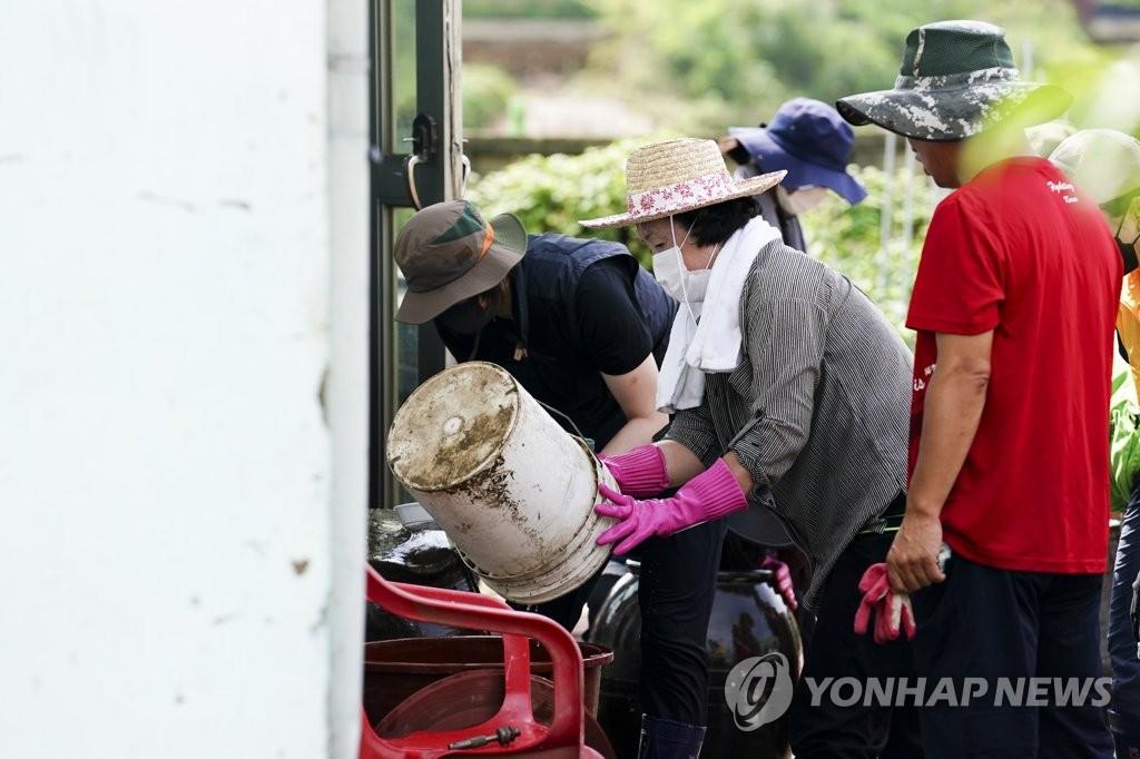 Đệ nhất phu nhân Hàn Quốc cùng người dân dọn dẹp sau lũ  - Ảnh 3
