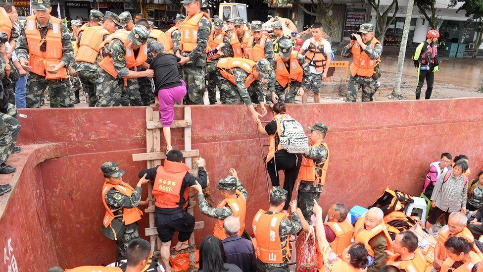 Trận lũ tại Trung Quốc đe dọa tượng Phật khổng lồ, khiến 100.000 người phải sơ tán - Ảnh 4