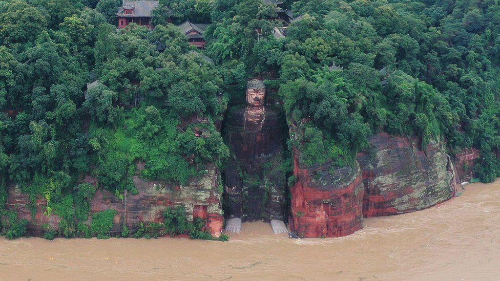Trận lũ tại Trung Quốc đe dọa tượng Phật khổng lồ, khiến 100.000 người phải sơ tán - Ảnh 1