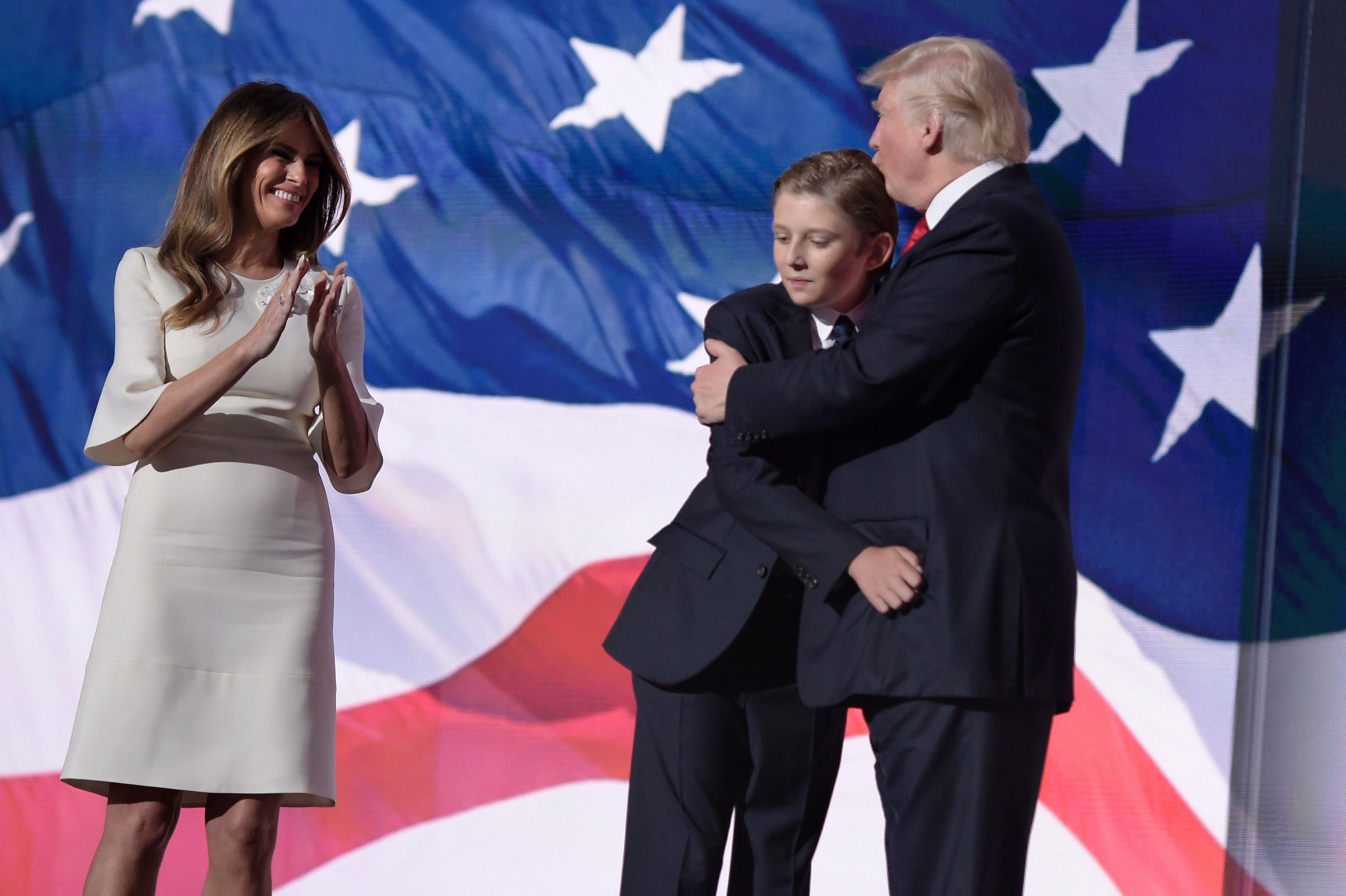 Dù là Tổng thống, ông Trump vẫn là một người cha bình thường khi ở cạnh quý tử Barron - Ảnh 3