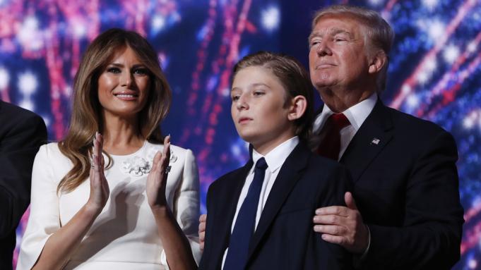Dù là Tổng thống, ông Trump vẫn là một người cha bình thường khi ở cạnh quý tử Barron - Ảnh 2