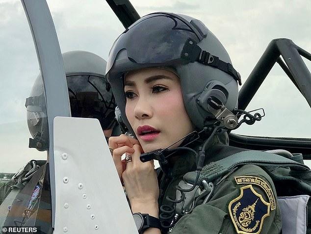 Quốc vương Thái Lan khôi phục tước vị cho hoàng quý phi sau 1 năm phế truất - Ảnh 2