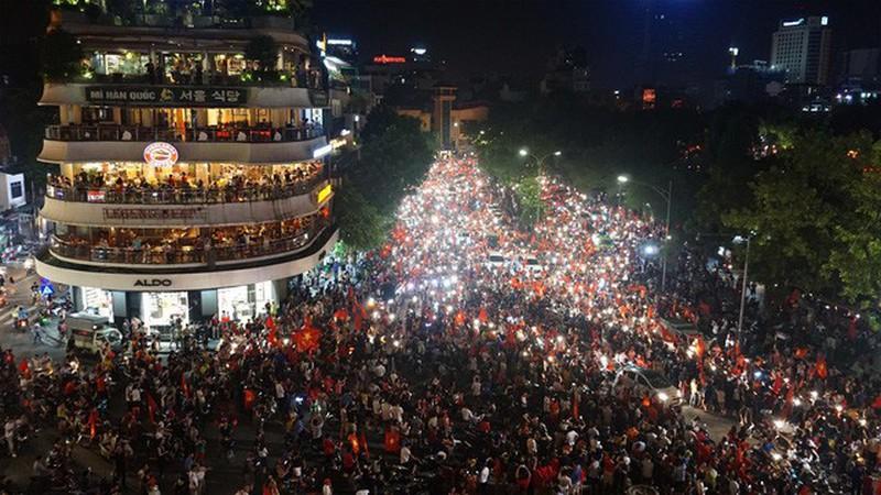 Hà Nội yêu cầu người dân ăn mặc lịch sự, cấm nói tục ở phố đi bộ Hoàn Kiếm - Ảnh 1