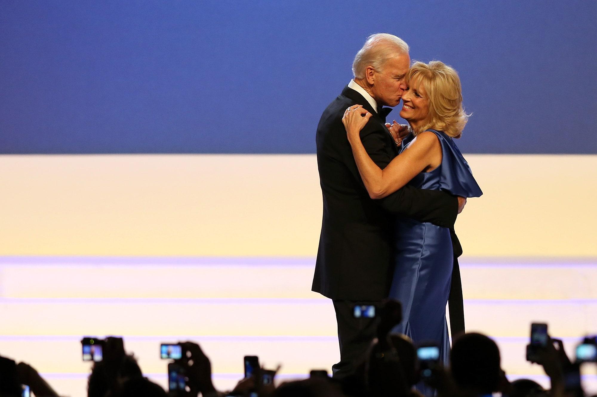 """Ông Joe Biden và chuyện tình sau """"đống đổ nát của những mất mát"""" với người vợ chung sống 43 năm - Ảnh 1"""
