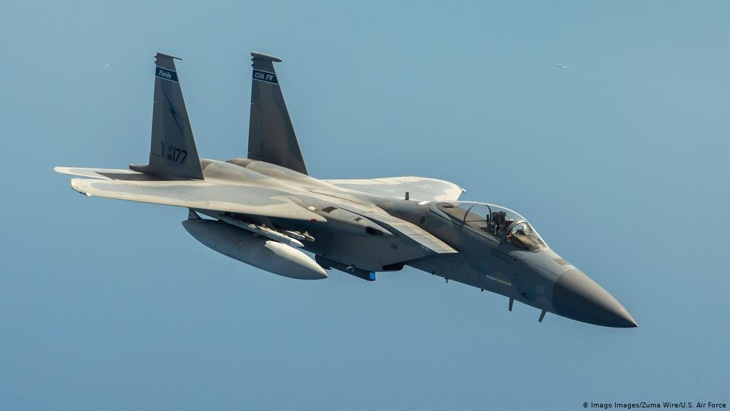 """Máy bay chiến đấu F-15 của Mỹ phải """"xả"""" hết tên lửa xuống biển và hạ cánh khẩn cấp - Ảnh 1"""