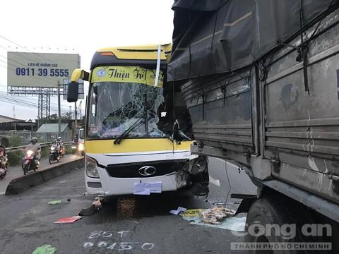 Xe giường nằm tông thẳng đuôi xe tải, lái xe tử vong tại chỗ - Ảnh 1