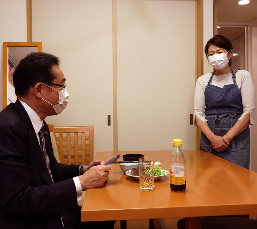 Ứng viên sáng giá vào vị trí thủ tướng Nhật Bản bị chỉ trích sau bức hình chụp vợ như 'người giúp việc' - Ảnh 1