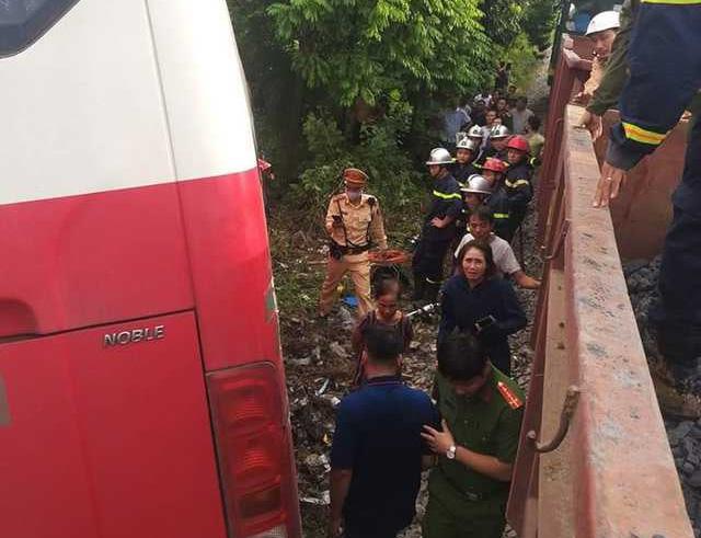 Vụ xe chở học sinh bị tàu hỏa đâm: Lái xe cố tình vượt dù đã được cảnh báo - Ảnh 2