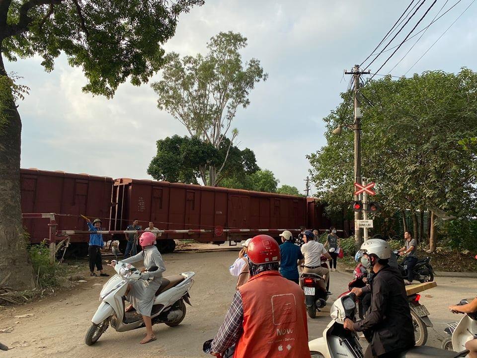 Vụ xe chở học sinh bị tàu hỏa đâm: Lái xe cố tình vượt dù đã được cảnh báo - Ảnh 1