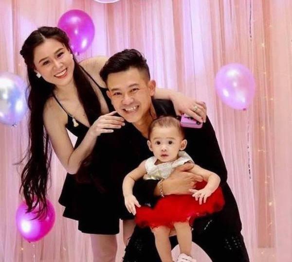 Tin tức giải trí mới nhất ngày 11/1: Liên tục bị 'bóc phốt', vợ Vân Quang Long bất ngờ xóa loạt bài đăng về chồng trên Facebook - Ảnh 1