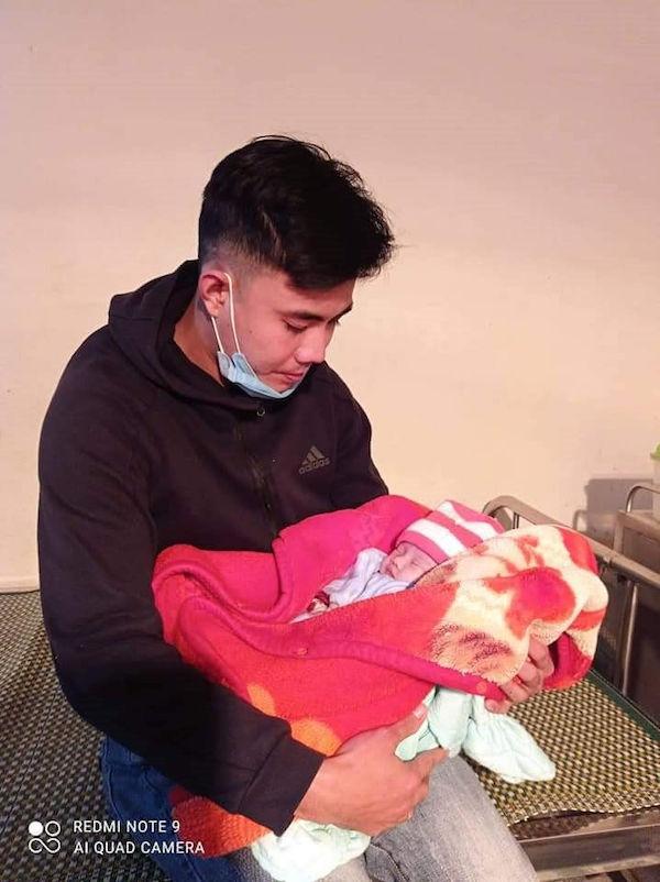 Bé sơ sinh bị bỏ rơi bên vệ đường cùng thư của mẹ trong ngày đông lạnh - Ảnh 1