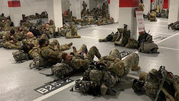 Vệ binh quốc gia Mỹ nằm ngủ trong hầm để xe của toà nhà Quốc hội sau khi kết thúc nhiệm vụ - Ảnh 2