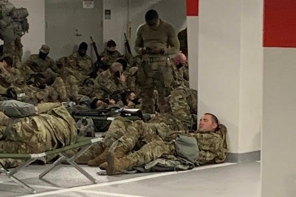 Vệ binh quốc gia Mỹ nằm ngủ trong hầm để xe của toà nhà Quốc hội sau khi kết thúc nhiệm vụ - Ảnh 1