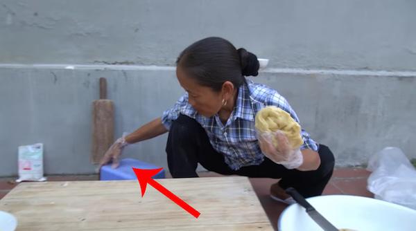 """Bà Tân Vlog tiếp tục khiến dân mạng """"hết hồn"""" với món ổi chiên cực """"dị"""" - Ảnh 4"""