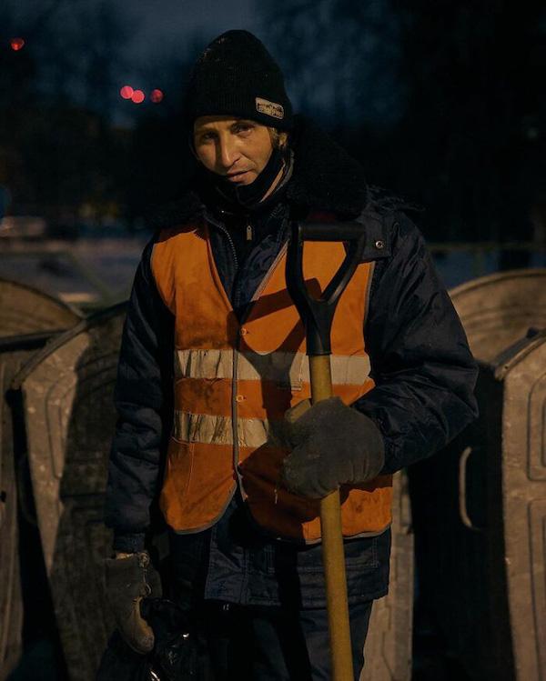 """Người đàn ông quét rác """"đổi đời"""" nhờ một bộ ảnh, bỗng chốc trở thành hiện tượng mạng xã hội - Ảnh 1"""