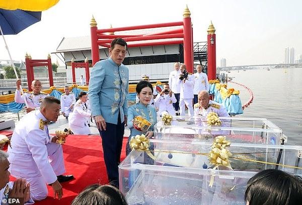 Nhà vua Thái Lan bất ngờ phong hoàng quý phi lên làm hoàng hậu thứ 2 - Ảnh 1