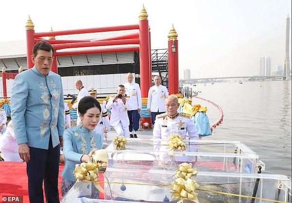 Nhà vua Thái Lan bất ngờ phong hoàng quý phi lên làm hoàng hậu thứ 2 - Ảnh 2