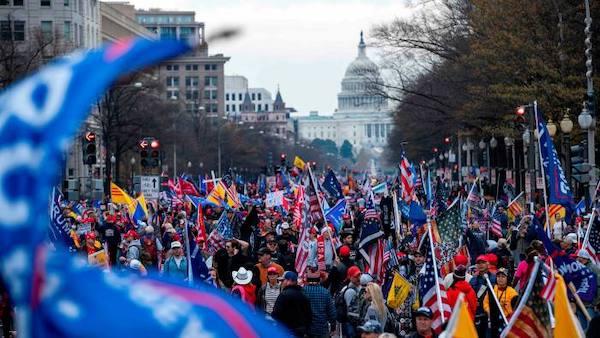 Mỹ triển khai vệ binh đối phó với đoàn người biểu tình ủng hộ Tổng thống Trump vào ngày họp Quốc hội mới - Ảnh 1
