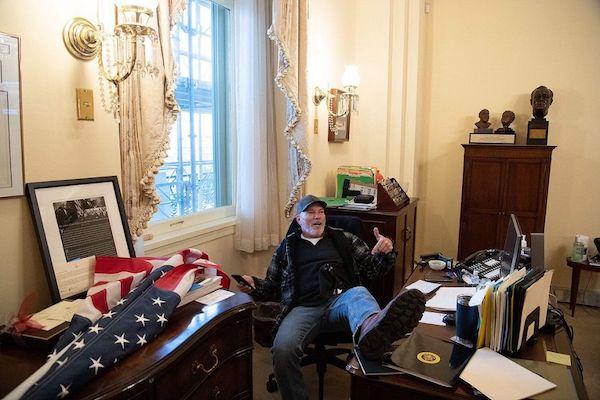 """Video: Sững sờ cảnh hoang tàn tại văn phòng Chủ tịch Hạ viện sau trận """"cuồng phong biểu tình"""" quét qua - Ảnh 1"""