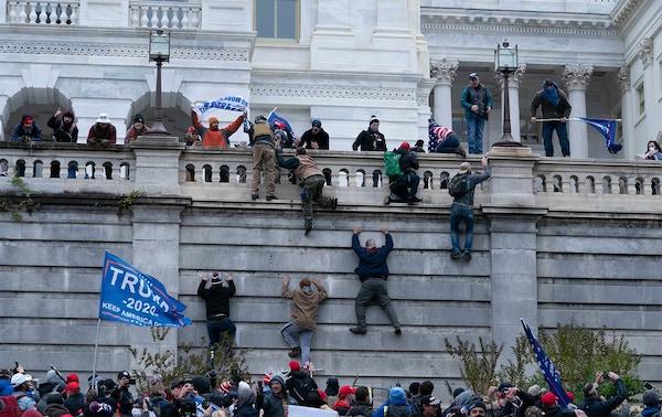"""Nghị sĩ Mỹ kể lại khoảnh khắc hãi hùng khi """"cuồng phong biểu tình"""" tràn vào toà nhà Quốc hội - Ảnh 3"""