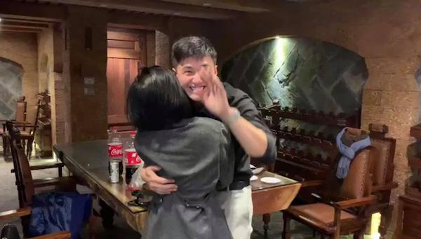 """Huỳnh Anh cầu hôn bạn gái, """"mắt long lanh nước"""" vì tưởng bị từ chối - Ảnh 4"""