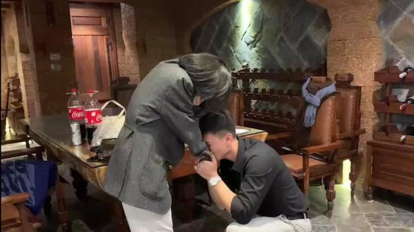 """Huỳnh Anh cầu hôn bạn gái, """"mắt long lanh nước"""" vì tưởng bị từ chối - Ảnh 3"""
