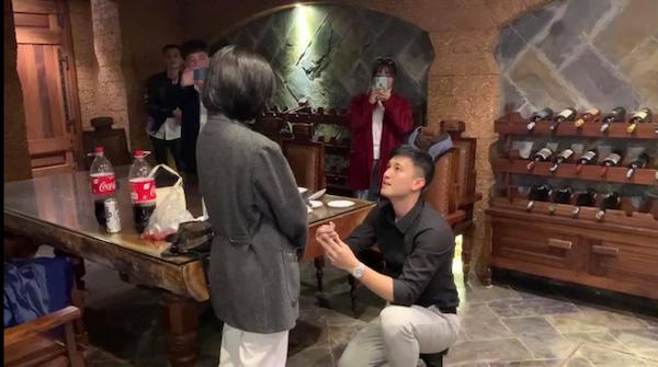 """Huỳnh Anh cầu hôn bạn gái, """"mắt long lanh nước"""" vì tưởng bị từ chối - Ảnh 1"""