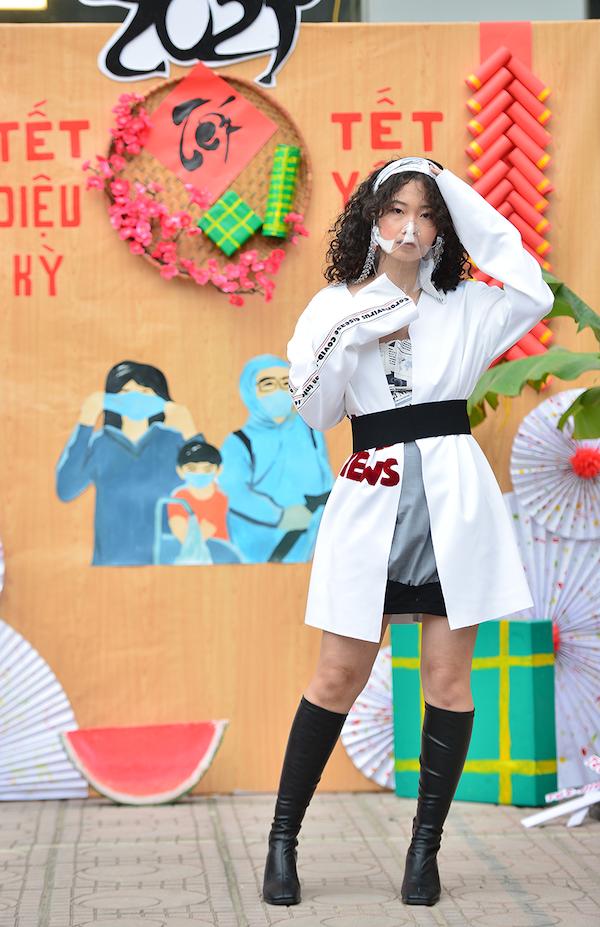 """Trầm trồ bộ ảnh thời trang """"vẹn cả đôi đường"""" vừa phòng dịch COVID-19 vừa diện tết của sinh viên ĐH Kiến Trúc - Ảnh 4"""