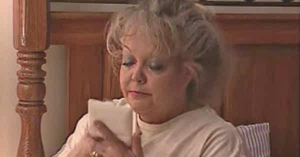 """Bị con gái """"vạch trần"""" mặt mộc sau 23 năm trang điểm dày cộp, mẹ nhận """"mưa lời khen"""" bởi nhan sắc thật - Ảnh 3"""