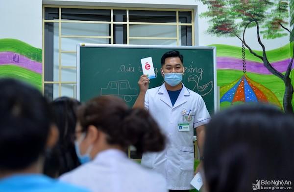 """Ấm lòng lớp học """"Chắp cánh ước mơ"""" của những người thầy mang áo blouse trắng - Ảnh 2"""