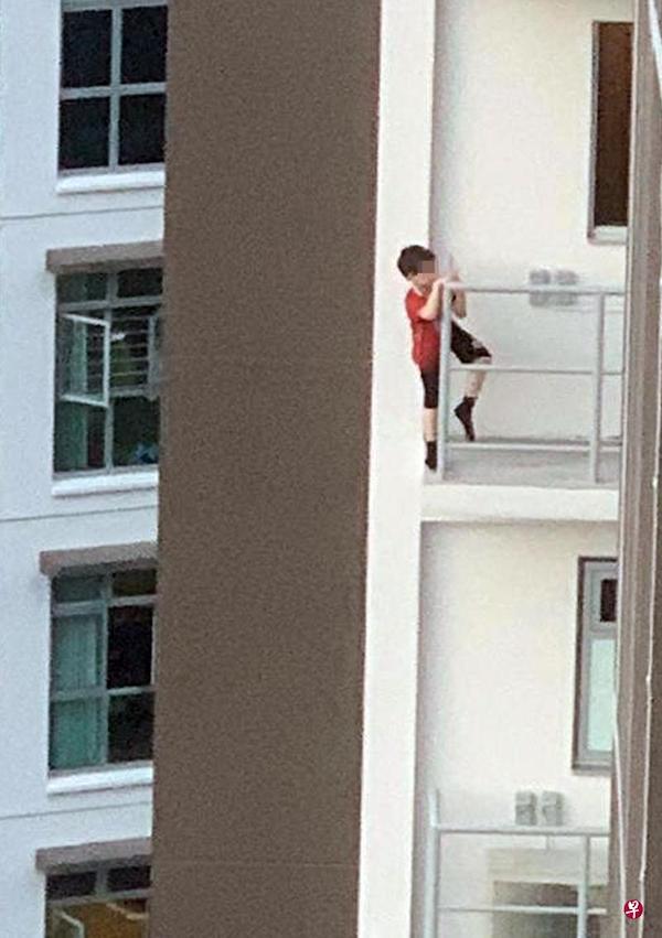 """""""Thót tim"""" hình ảnh bé trai 7 tuổi trèo ra ban công tầng 11 vì một thứ phổ biến, cha mẹ nào cũng cho con làm - Ảnh 1"""
