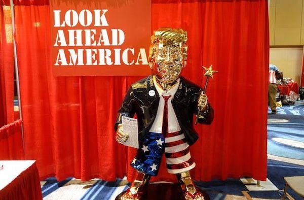 Bức tượng mạ vàng của ông Trump được trưng bày tại hội nghị bảo thủ có ý nghĩa gì? - Ảnh 1