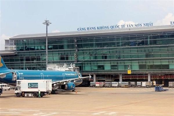 Bộ Y tế tuyên bố không phong toả sân bay Tân Sơn Nhất sau khi phát hiện một nhân viên dương tính với SARS-CoV-2 - Ảnh 1