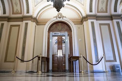 Hai nghị sĩ đảng Cộng hoà bị phạt 5.000 USD mỗi người vì vi phạm quy trình an ninh - Ảnh 1