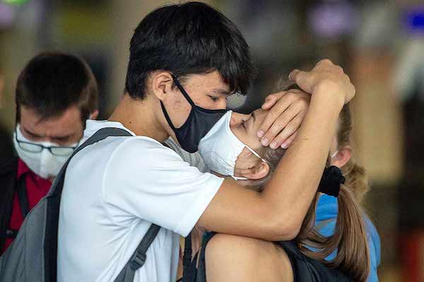 Philippines: Cặp đôi bị cấm ôm hôn ở nơi công cộng để ngừa dịch COVID-19 - Ảnh 1