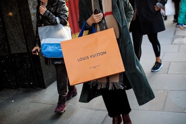 Lấy tiền cứu trợ COVID-19 đi mua sắm đắt đỏ, cô gái phải đối mặt án phạt thế nào? - Ảnh 1