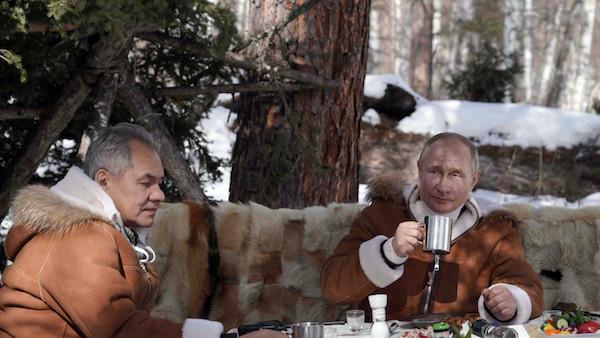 Video: Tổng thống Putin đi nghỉ giữa lúc căng thẳng với Mỹ, đích thân lái xe chở bạn đồng hành  - Ảnh 1