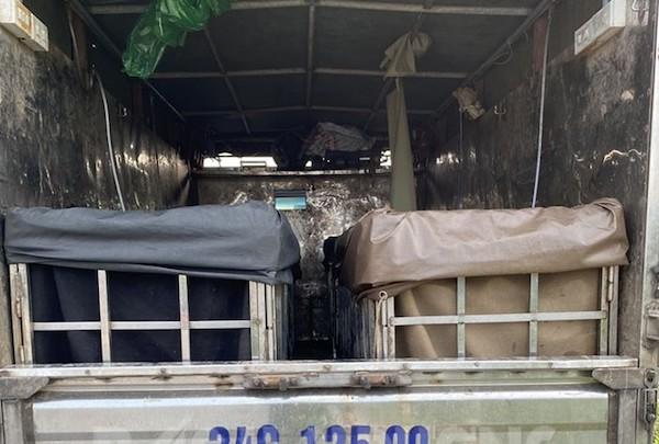 Hải Dương: Phát hiện tài xế xe tải giấu 2 phụ nữ trong thùng xe nhằm trốn khai báo y tế  - Ảnh 1