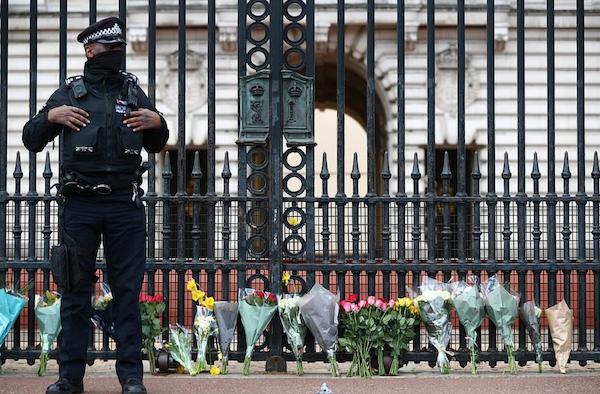 Khung cảnh u buồn của nước Anh sau sự ra đi của Hoàng thân Philip - Ảnh 3