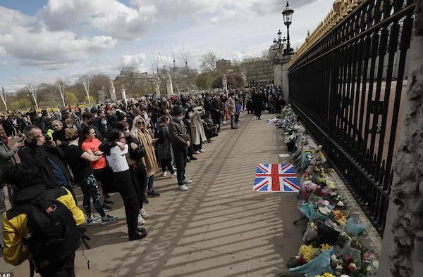 Khung cảnh u buồn của nước Anh sau sự ra đi của Hoàng thân Philip - Ảnh 1